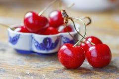 Сладостная красная вишня на старом деревянном столе Стоковые Изображения
