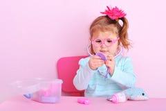 Сладостная маленькая девочка играя доктора Стоковые Изображения RF