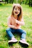 Сладостная маленькая девочка outdoors с длинными волосами Стоковая Фотография RF