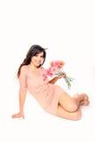 Сладостная молодая женщина с букетом gerberas на белом backgrou Стоковое Изображение RF