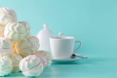 Сладостная пастель покрасила зефир и чашку кофе на аквамарине Стоковое Фото