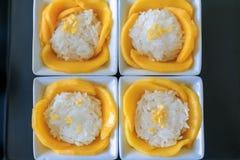 Сладостное манго с сервировкой липкого риса на белой плите Стоковая Фотография RF