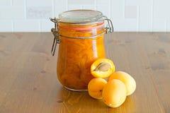 Сладостное домодельное органическое варенье абрикоса и свежие абрикосы на деревянном столе Стоковые Изображения RF