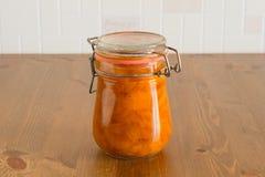 Сладостное домодельное органическое варенье абрикоса на деревянном столе Стоковые Изображения