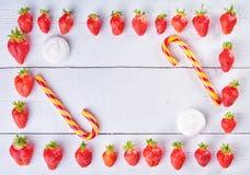 Сладостное смешивание плодоовощ клубники, карамельки и зефиров на winta Стоковое Изображение RF