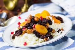 Сладостное plov риса с высушенными плодоовощами и гайками Стоковые Фотографии RF