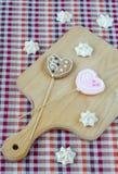 Сладостные белые печенья меренги и овсяной каши в форме сердец Стоковая Фотография RF