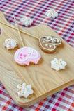 Сладостные белые печенья меренги и овсяной каши в форме сердец Стоковое Фото