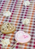 Сладостные белые печенья меренги и овсяной каши в форме сердец Стоковая Фотография