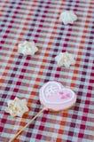 Сладостные белые печенья меренги и овсяной каши в форме сердец Стоковые Фото