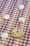 Сладостные белые печенья меренги и овсяной каши в форме сердец Стоковые Изображения RF