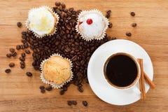 Сладостные булочка и кофе Надземный взгляд Стоковое Изображение