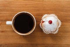 Сладостные булочка и кофе Надземный взгляд Стоковое фото RF