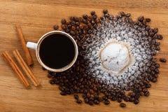 Сладостные булочка и кофе Надземный взгляд Стоковая Фотография RF