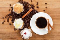 Сладостные булочка и кофе Надземный взгляд Стоковое Фото