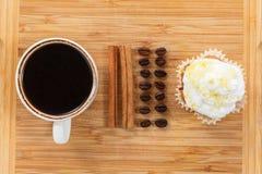 Сладостные булочка и кофе Надземный взгляд Стоковые Изображения RF