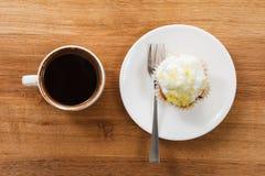 Сладостные булочка и кофе Надземный взгляд Стоковые Изображения