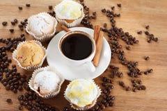 Сладостные булочка и кофе Надземный взгляд Стоковая Фотография