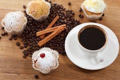 Сладостные булочка и кофе Надземный взгляд Стоковое Изображение RF