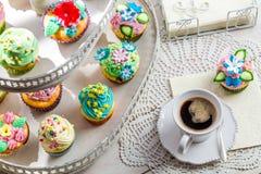 Сладостные булочки с сливк и сладостное украшение Стоковое Фото