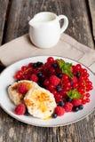 Сладостные блинчики сыра с свежими ягодами и молоком Стоковое Фото