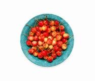 Сладостные вишни в голубом керамическом шаре на белой предпосылке Стоковые Фотографии RF