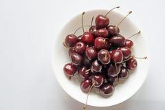 сладостные вишни на белом керамическом шаре, взгляд сверху Стоковые Изображения