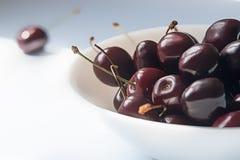 сладостные вишни на белом керамическом шаре Стоковая Фотография