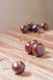 Сладостные вишни на деревянной таблице Стоковая Фотография