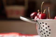 Сладостные вишни на дуршлаге металла Стоковое Изображение