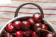 Сладостные вишни на дуршлаге металла Стоковые Изображения RF