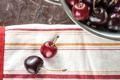 Сладостные вишни на дуршлаге металла Стоковые Фотографии RF