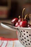 Сладостные вишни на дуршлаге металла Стоковая Фотография