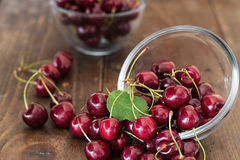 Сладостные вишни разбросанные на таблицу Стоковые Изображения RF