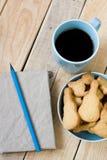 Сладостные вкусные печенья в голубой плите, чашке черного кофе Стоковое фото RF