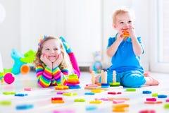 Сладостные дети играя с деревянными игрушками Стоковое фото RF