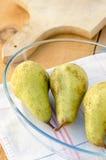 Сладостные зеленые груши на плите на кухонном столе Стоковые Изображения
