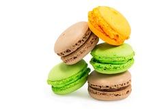 Сладостные и красочные французские macaroons или macaron на белой предпосылке Стоковая Фотография RF