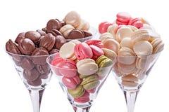 Сладостные и красочные macarons в стеклах Стоковое Фото