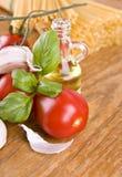 Сладостные маленькие красные томаты с оливкой от базилика и чеснока зеленого цвета оливок Стоковое Изображение RF