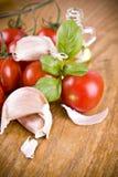 Сладостные маленькие красные томаты с оливкой от базилика и чеснока зеленого цвета оливок Стоковое фото RF