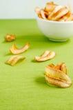 Сладостные обломоки банана на зеленой предпосылке скатерти Стоковые Изображения RF
