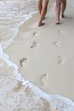 Сладостные пары держа руки идя на пляж и их footpr Стоковые Фото