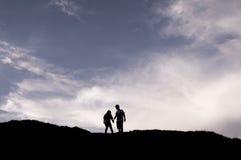 Сладостные пары стоя на горе Стоковые Фото
