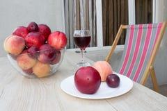 Сладостные персики, нектарин и сливы стеклянное красное вино Стоковое Изображение