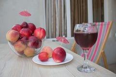 Сладостные персики, нектарин и сливы стеклянное красное вино Стоковое фото RF