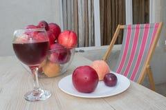 Сладостные персики, нектарин и сливы стеклянное красное вино Стоковое Изображение RF
