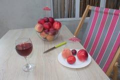 Сладостные персики, нектарин и сливы стеклянное красное вино Стоковое Фото