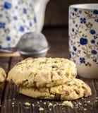 Сладостные печенья на естественном деревянном столе Стоковое фото RF