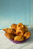 Сладостные печенья на фиолетовой плите Стоковые Изображения RF